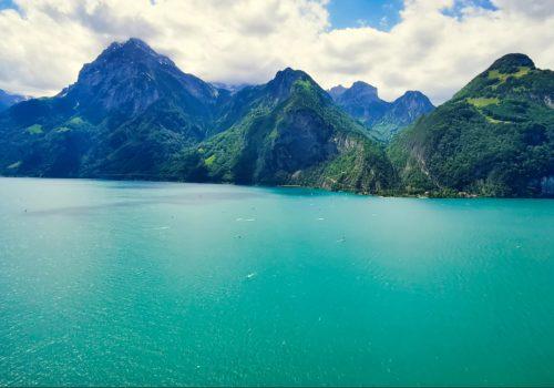 türkisfarbender See in der Schweiz, Berge