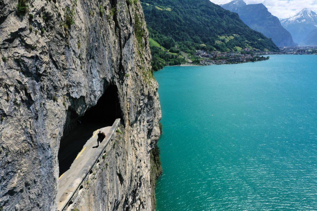 Drohnenfoto Blick auf Vierwaldstättersee, türkisfarben, Felsen